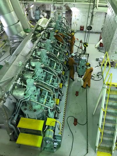 大型商船のエンジンの一例