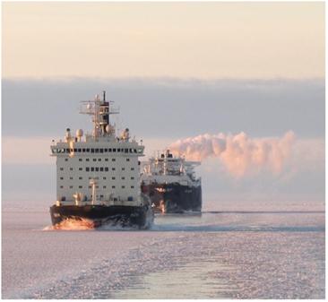 北極海航路を砕氷船に先導され進むタンカー